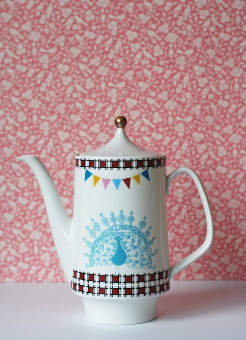 Ninainvorm - Large peacock, spirograph, triangles and bunting teapot
