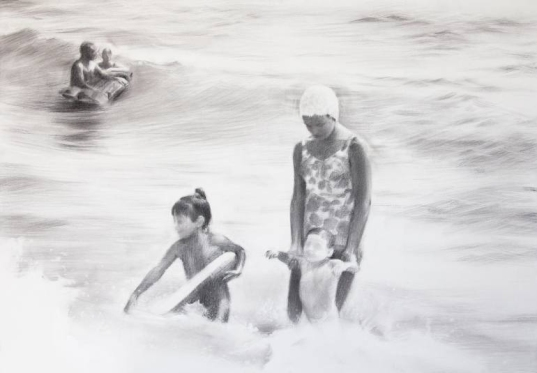 Mother with kids playing into the sea drawing.